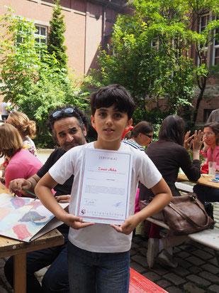 Stolzer Urkundenträger – Ein kleiner Künstler der LichtwarkSchule – Foto: Dr. Reimar Palte