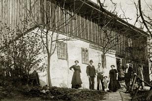 Aufnahme vor 1900: Am 26.10.1894 erwarb  der Schneidermeister Aois Kroiss das Haus - die Krämerei blieb noch bis ca. 1910.