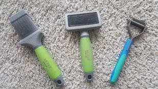 mein Werkzeug besteht aus 2xZupfbürsten die zur täglichen pflege helfen und einen Trimmer den man ein bis zweimal in Monat verwendet um die Katze auszubürsten