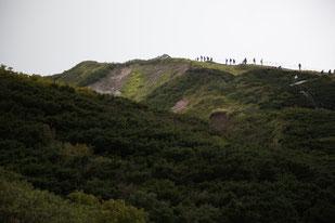 九合目付近より弥山山頂(※左奥)を望む
