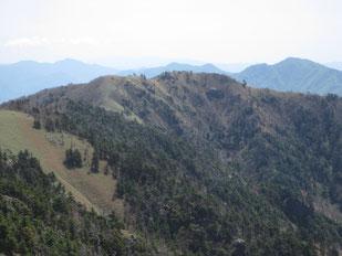 剣山山頂より一ノ森を望む