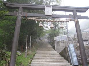 剣神社の鳥居と階段