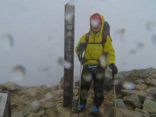 鷲羽岳山頂  ※雨でレンズに水滴が付着