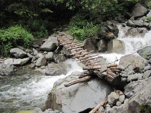 この様な橋がいくつか掛けられている。慎重に渡る。