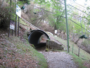 登山道がリフトと交差しトンネルを通過