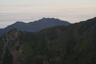 西農鳥岳の稜線(左:西農鳥岳、後方:間ノ岳)