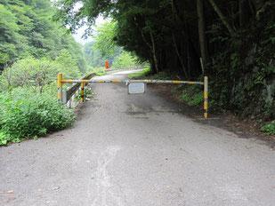 森山橋に入るゲート  ※ここから長い車道となる