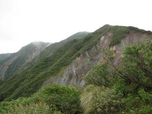 七合目付近より  ※弥山:中央奥、剣ヶ峰:左奥