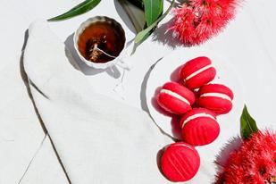 ピンクの腕時計とノート。