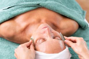 Kosmetische Gesichtsbehandlung mit Naturkosmetik Pharmos Natur bei SURYANI in Niederrohrdorf