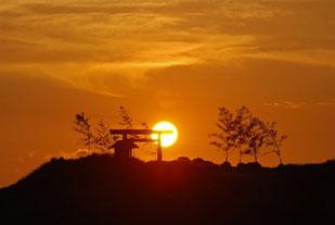 夕日と経島