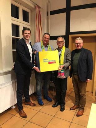 Kreisvorsitzender Patrick Büker (links) und Bezirksvorsitzender Frank Schäffler (rechts) gratulieren Andreas Hanhart und Wolfgang Schwake (mittig) zur Neugründung des Stadtverbandes.