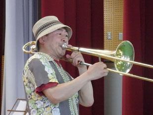 勝部健太郎さんの迫力ある演奏を楽しんだ=1日、竹富小中学体育館