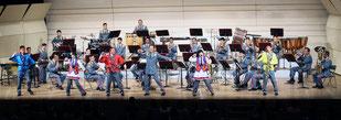 「やいまふれあいコンサート」で、AKB48の「恋するフォーチュンクッキー」を披露する陸上自衛隊第15音楽隊の隊員=8日夜、市民会館大ホール