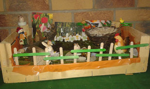 Holzkiste mit Osterdekoration