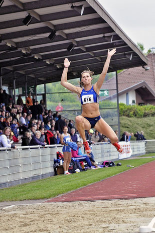 Im Sog ihrer jungen Trainingspartnerin Tabea Christ springt Klaudia Kaczmarek auf starke 6,40 Meter. (Archivfoto)