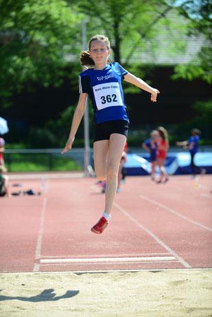 Kreismeisterin der W13 im Block Lauf, Enie Dangelmaier, war mit 4,66 Metern im Weitsprung nicht zu schlagen.