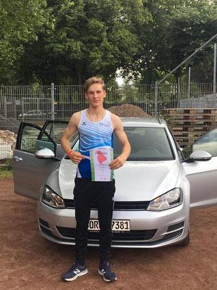 Matz Grunden siegt im Dreisprung der U18 mit herausragenden 13,56 Metern.