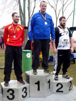 Michael Garbert (Mitte) holte mit tollen 50,27 m den Titel in der Altersklasse M35 bei den Senioren-Winterwurfmeisterschaften.