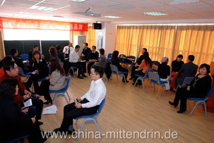"""Ein Business-Seminar in Peking. Solche Praxisübungen wollen gut vorbereitet sein. Manche Teilnehmer empfinden dieses Setting als """"Spielerei"""" und nicht als Teil des Lernprozesses."""