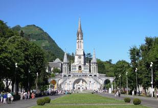 Im Heiligen Bezirk von Lourdes: Blick vom Rosenkranzplatz auf die Rosenkranz-Basilika (unten) und die Basilika Mariä Empfängnis mit ihren drei Türmen (oben). Foto: C. Schumann