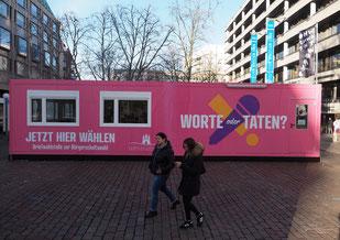 Farbenfrohes Wahlversprechen: Hamburgs zentrale Wahlstelle zur Bürgerschaftswahl 2020 auf dem Gerhart-Hauptmann-Platz. Foto: C. Schumann, 2020