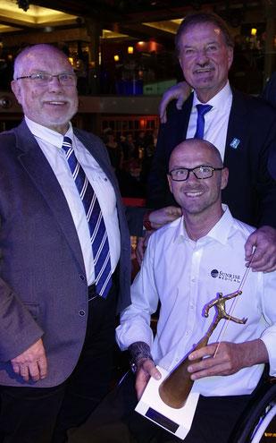 Gemeinsam mit dem Präsidenten des BSN Karl Finke beglückwünscht Manfred Jucks Vico Merklein zu seiner Wahl