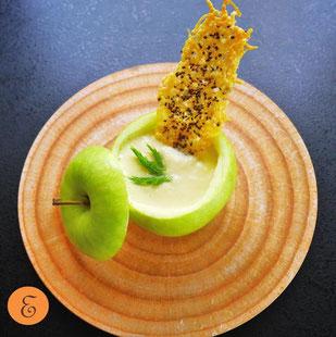 Apfel-Fenchel-Cremesuppe / Parmesan-Chiasamenchip