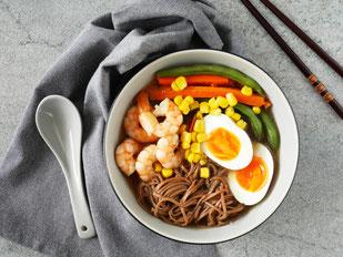 Asia-Hühnersuppe mit Garnelen, Buchweizennudeln, Ei & Gemüse
