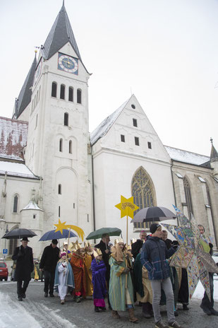 Vom Eichstätter Dom zogen die Sternsinger mit Bischof Gregor Maria Hanke durch Eichstätt. pde-Foto: Anika Taiber-Groh