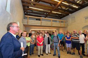 Architekt Johannes Berschneider erklärt den neuen Klostersaal; Foto: Andreas Schmid