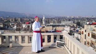Bischof Gregor Maria Hanke mit Blick über Damaskus. pde-Foto: Peter Fuchs