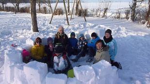 Kindergruppe beim Iglu bauen.