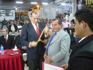 El Manabita del Año 2012, José Salcedo Castro, recibe medalla de la Casa de la Cultura de Manabí que le entrega el Dr. Vicente Espinales Tejena, poeta y expresidente de la entidad oferente.