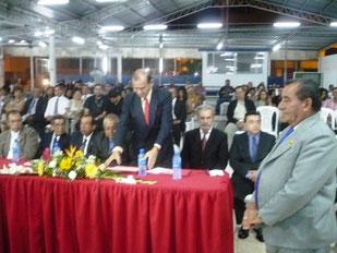 José Salcedo Castro (d.), Manabita del Año 2012, instantes previos a recibir la condecoración Eloy Alfaro Delgado de la Casa de la Cultura de Manabí, Ecuador.