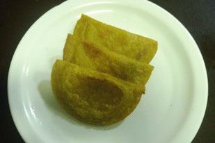 Empanadas de plátano verde y rellenas con carne bovina o queso fresco, según la tradición en la provincia de Manabí, Ecuador.