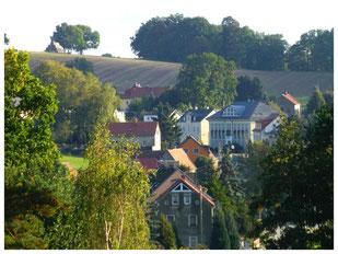 Blick über Lotzdorf mit der Ludwig-Richter-Schule zum Schafberg