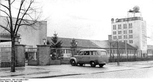 Das neu erbaute Fernseh-Sendezentrum der DDR in Berlin-Adlershof.  Quelle: Bundesarchiv  Bild 183-54922-0001