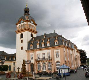 Blick vom Marktplatz auf die Stadt- und Schlosskirche und das Alte Rathaus in Weilburg. Foto: Manfred Horz