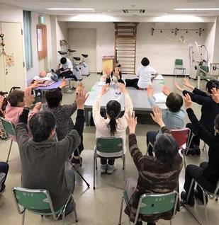 作業療法士による集団体操指導の様子です