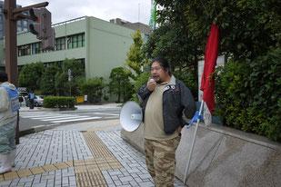 滋賀県庁前で情宣する稲森氏