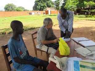Primary小学校の寮生の保護者会にOgenSoと参加。Okotの先生と懇談するGum氏。
