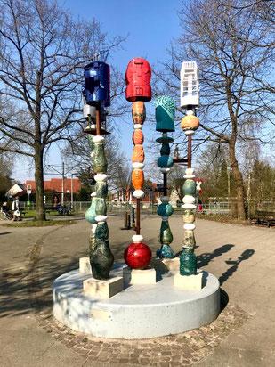 """Skulptur """"Vom Gehen und Kommen"""" in Bremen-Kattenturm - Kunst im öffentlichen Raum in Bremen Obervieland (Foto: 04-2018, Jens Schmidt)"""