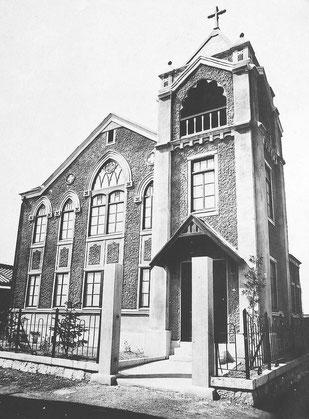 1923年3月11日に献堂された旭東教会会堂。高屋根の上の十字架は今日まで維持されている。また、二階大きな窓、その左の二つの窓等もそのまま用いられている。