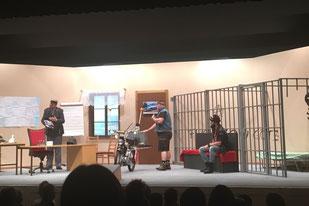 """Ein Dorfpolizist und zwei """"Töfflibuben"""". Juma-Theater 2017"""