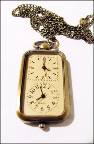 Kettenuhr mit zwei separat zu stellenden Uhrwerken und Zifferblättern