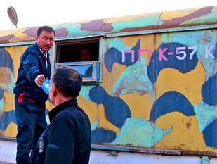 Pass-Ausgabe am letzten kirgisischen Check-Point