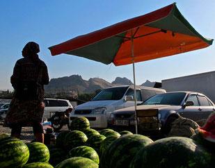 Melonen-Verkäufer - im Hinergrunde das Wahei-Gebirge