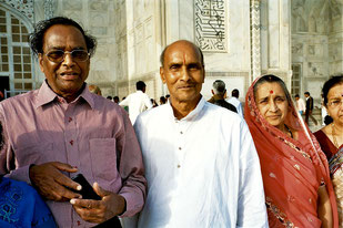 Pilger vor dem Mausoleum des Tja Mahals