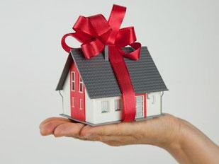 Geschenkt - aber möglicherweise nicht auf ewig: Schwiegereltern können Schenkungen wie ein Haus nach der Scheidung ihres Kindes zurückverlangen. Foto: Kai Remmers